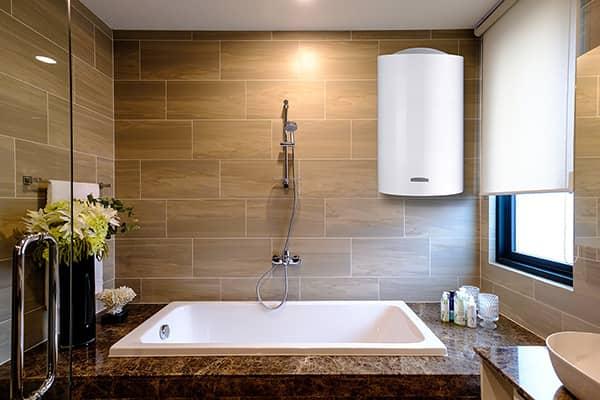 Бойлер Ariston ARI 200 VERT 560 THER MO EU в ванной комнате