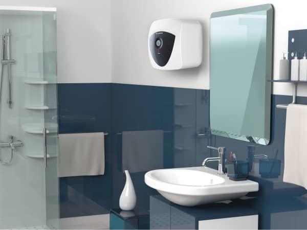 15 литровый бойлер Ariston ANDRIS LUX ECO над мойкой в ванной комнате