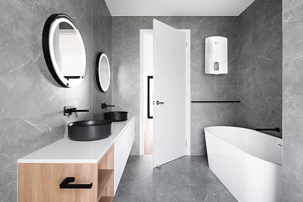 Бойлер Ariston LYDOS R 50 V в интерьере ванной комнаты