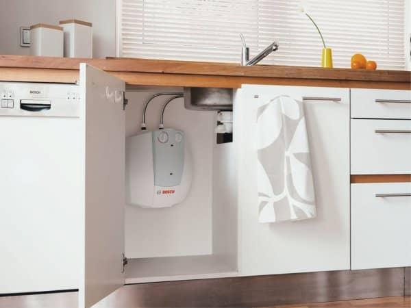 Бойлер BOSCH Tronic 2000 B 15 под мойкой в кухне