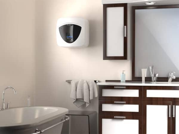 Бойлер Ariston ANDRIS LUX ECO 15 над мойкой в интерьере ванной комнаты
