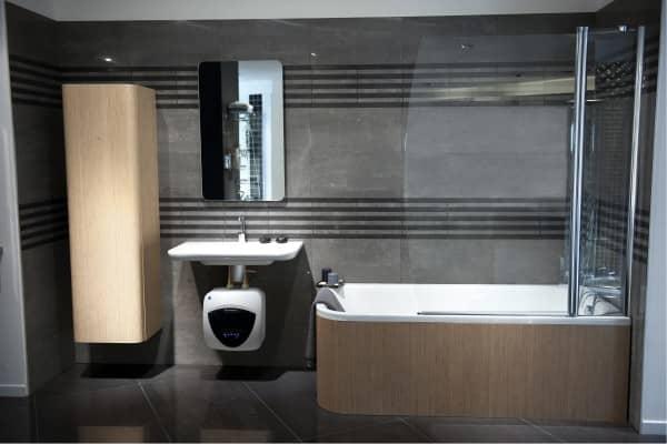 Водонагреватель Ariston ANDRIS LUX ECO 15 PL EU под раковиной в ванной комнате