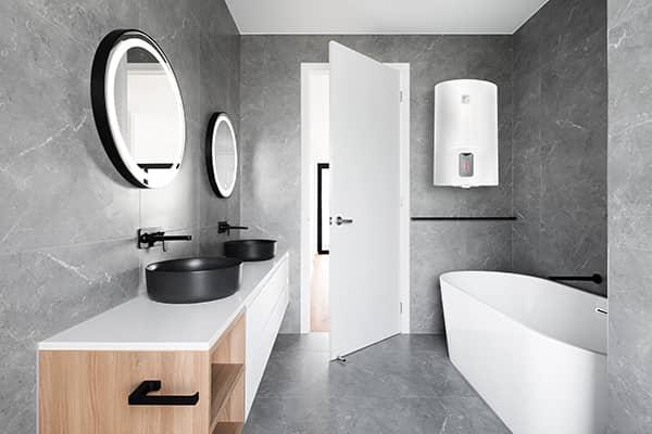 100 литровый бойлер Ariston LYDOS R 100 V в интерьере ванной комнаты